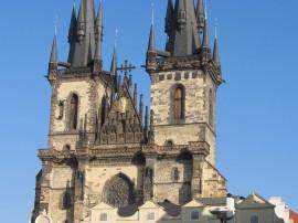 Die teynkirche mit den markanten türmen gehört zu den markantesten