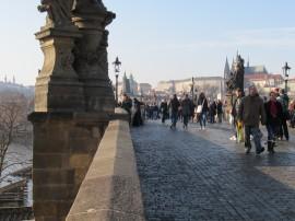 Über den fluss moldau und eine der ältesten steinbrücken europas