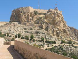 Auf dem 166 Meter hohen Berg Benacantil thront über der Stadt eine der flächenmässig grössten Burganlagen Europas, das Castillo de Santa Barbara…