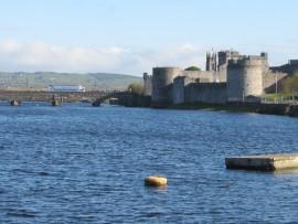 Einen guten Ausgangspunkt für einen Stadtrundgang bildet das im 13. Jahrhundert errichtete King John's Castle...