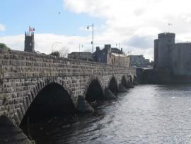Die Thomond-Brücke verbindet die Schloss-Insel mit der Alt-Stadt und wurde 1836 erbaut.