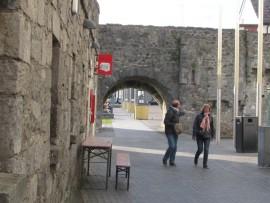 Der Spanische Bogen befindet sich auf dem Ufer des Flusses Corrib; er gilt als Sehenswürdigkeit.