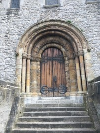 Unscheinbar und beinahe versteckt ist das grossartig gearbeitete Westtor der Kathedrale.