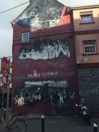Strassenkunst, hier prominent über einem Geschäft, ist in Galway allgegenwärtig.