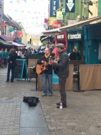Besonders beliebt ist die autofreie Quay-Street, wo sich auch viele Musikanten tummeln.