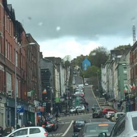 Cork liegt zwischen den beiden Armen des River Lee und verströmt einen kleinstädtischen Charme.