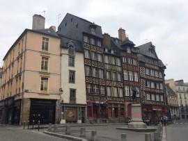 Die schönen Fachwerkhäuser aus dem 16.  Jahrhundert gehören ebenso zu Rennes...