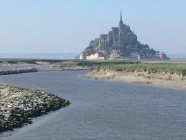 Surreal und pyramidengleich thront der weltberühmte Klosterberg Mont Saint Michel majestätisch in der ausgedehnten Bucht...