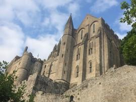 ... Das romanische Kloster wurde ab 1017 erbaut und 1228 fertiggestellt. Zusammen mit dem 80 Meter hohen Felsen ist er 157 Meter hoch.