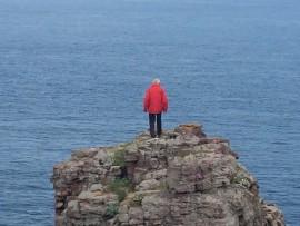 ... Mein Mann kann es nicht lassen und besteigt den nördlichsten ausgesetzten Fels.