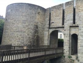 Türme, Remparts und Wehrmauern begrenzen die schöne Altstadt von Vannes, hier die Porte Calmont.