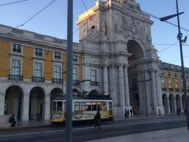 Das legendäre gelbe Tram Nr. 28 fährt vor dem Triumphbogen Arco da Rua Augusta durch, der nach dem Erdbeben von 1755 enstand und für die Fertigstellung 120 Jahre benötigte…