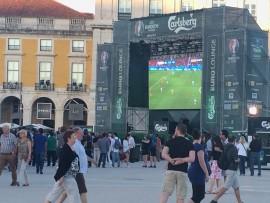 Die Praça do Comérçia ist einer der wichtigsten Plätze, der nach dem Erdbegen neu gebaut wurde; momentan können die EU-Fussballspiele per public view verfolgt werden.