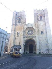 …Sie wurde nach der Vertreibung der Mauren 1147 gebaut, vorher soll hier eine fünfschiffige Moschee gestanden haben.