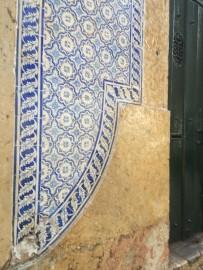 Azulejos sind in Lissabon allgegenäwrtig. die farbenfrohen Kacheln zieren Hauswände und Sitzbänke, Treppen und Bögen.