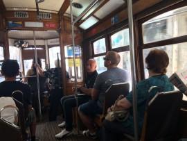 … Eine Fahrt mit dem Tram bietet etliche Höhepunkte; es kann auch vorkommen, dass die Chauffeuse kurz aussteigen muss, um den Stromabnehmer wieder in die Fahrleitung zu hängen.