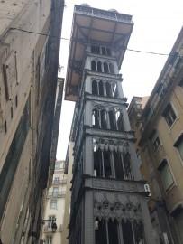 Der Elevador de Santa Justa ist eine verspielte Gusseisenkonstruktion, ein richtiger Fahrstuhl, dessen geräumige Holzkabinen über 30 Meter senkrecht nach oben gezogen werden.