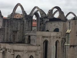 Die Ruine der Carmo-Kirche erhebt sich weithin sichtbar über der Altstadt. Der gotische Konvent aus dem 14. Jahrhundert wurde beim Erdbeben fast vollständig zerstört.