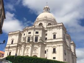 Weithin sichtbar ist die weisse Kuppel der Kirche Igreija de Santa Engracia, die als nationaler Ruhmestempel für die Geistesgrössen von Portugal dient.