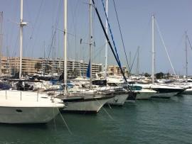 Der Hafen Eivissas ist für eine Stadt in dieser Grössenordnung gewaltig: Von den kleinen Fischerbooten über Yachten…
