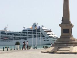 … bis zu riesigen Kreuzfahrtschiffen und grossen Fähren reicht die Palette der Schiffe, die hier anlegen.