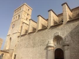 Der Besuch der Catedral Nostra Senyora de Las Neus mit ihrem wehrhaft wirkenden Glockenturm und einer bis ins Mittelalter zurückreichenden Geschichte ist für Ibiza-Besucher einer der Höhepunkte.