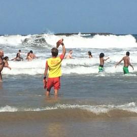 """In Biarritz soll das Wellenreiten entdeckt worden sein. Der """"Sauvateur"""" pfeift mit der Trillerpfeife und dirigiert die Surfer in eine bestimmte Richtung."""