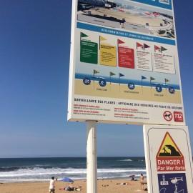 Der Atlantik birgt auch Gefahren; die Regeln beim Baden und Surfen müssen je nach Farbe der gehissten Fahnen befolgt werden.