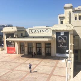 Das Casino Barrière ist eines von zweien an der Grande Plage; es wurde 1901 eröffnet.