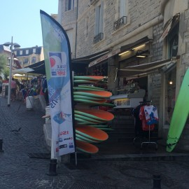 ... und vor allem viele Geschäfte mit Surfbrettern.