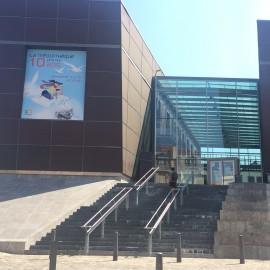 Die Mediathek ist ein sehr modernes, auffallendes und gut frequentiertes Gebäude im Häuserkomplex der Stadt.