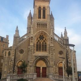 Die neogotische Kirche St. Eugénie auf den Klippen über dem Meer ist Kaiserin Eugénie gewidmet.
