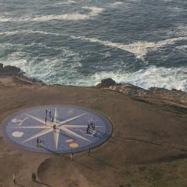 Der riesige Kompass sieht vom Leuchtturm Herkules immer noch beeindruckend aus; er ist mit Fliesen belegt.