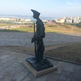 Vor dem Herkulesturm empfängt diese Bronzeskultptur die vielen Besucher.