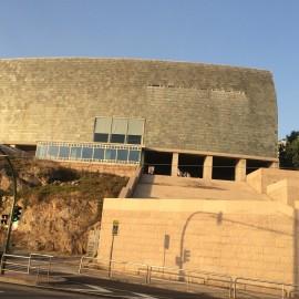 Beim Domus handelt es sich um das erste interaktive Museum der Welt, das dem Menschen gewidmet ist. Das Museum befindet sich in einem spektakulären Gebäude des japanischen Architekten Arata Isozaki.