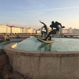 Zwei Surfer bemächtigen sich dieses Brunnentrogs.