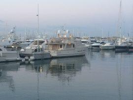 Der Yachthafen von Alicante ist beeindruckend und sehr zentral gelegen bei der Porta del Mare.