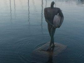 ... wie hier diesen nackten Surfer im Yachthafen.