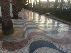 Die Explanada de España in Alicante ist eine der schönsten Promenaden von ganz Spanien. Von Palmen gesäumt, besteht diese sie aus 6,6 Millionen verschiedenfarbiger Mosaiksteinchen.