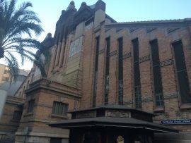Um 1912 wurde auf der ehemaligen Stadtmauer die heutige Markthalle errichtet; sie ist in rund 10 Minuten vom Hafen aus erreichbar.