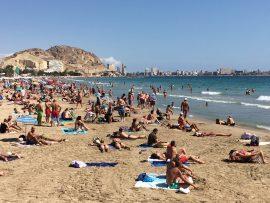 Der Strand El Postiguet liegt im Stadtkern von Alicante, am Fuss der Burg Santa Bárbara und ist für seine Sauberkeit bekannt.
