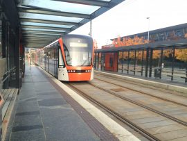 """Zwischen den Aussenbezirken und Bergen zirkulieren in regelmässigen Abständen die """"Bergen Light Rail"""". Zum Flughafen gibt es allerdings (noch) keine öffentliche Verbindung."""