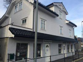 Das alte Gebäude zu Fana Apotheke, entworfen von Per Grieg 1923, ist immer noch in Nesttun Zentrum.