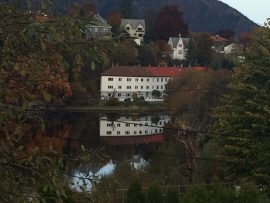 Und überall ist das Wasser, in dem sich Gebäude spiegeln. Oft durchsetzt mit Hügelzügen und Bergen.