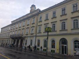 Der Hauptbahnhof ist der grösste Bahnhof. Er wurde 1849 errichtet, als die Bauarbeiten der Österreichischen Südbahn die Stadt erreichten...