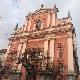 Die Mariä-Verkündigung-Kirche oder Franziskanerkirche befindet sich auf dem Prešerenplatz und wurde zwischen 1646 und 1660 erbaut. Die Fassade erhebt sich dominierend über den Hauptplatz…
