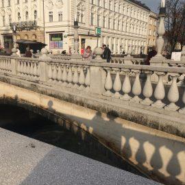 """… und über die gegenüberliegenden """"Drei Brücken""""  und macht die Kirche damit zu einem der markanten Wahrzeichen Ljubljanas."""