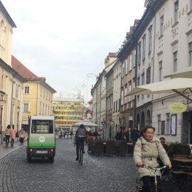 Mit diesem Fahrzeug gelangen Touristen und Einheimische in der Fussgängerzone kostenlos an das gewünschte Ziel.