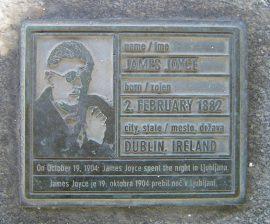 Im Oktober 1904 verbrachte der irische Schriftsteller James Joyce (1882−1941) eine Nacht im Bahnhof von Ljubljana auf seinem Weg nach Triest. Zu seinen Ehren wurde ein kleines Denkmal am Bloomsday 2003 eingeweiht.