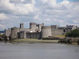 ... Es ist auf einem Kalksteinhügel erbaut und war jahrhundertelang Sitz der Könige von Munster. Es ist die wohl am besten erhaltene Burg im normanischen Stil.